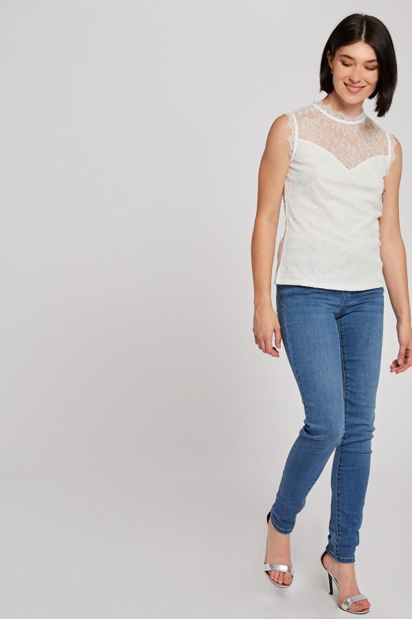 T-shirt uni sans manches dentelle sur l'ensemble DIVA Morgan