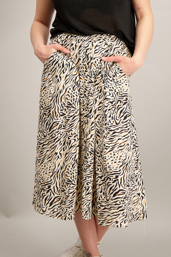 Jupe mi-longue imprimée animal avec boutons décoratifs devant Soyaconcept
